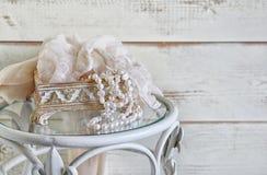 Vit pryder med pärlor halsbandet på tappningtabellen filtrerad och tonad bild för tappning Selektivt fokusera Filtrerad tappning Royaltyfri Bild