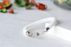 Vit prytt med pärlor virkat armband royaltyfri bild