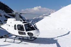 Vit räddningsaktionhelikopter som parkeras i bergen Royaltyfria Bilder