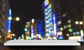 Vit räknarehylla på stadsbakgrund för produktskärm royaltyfri foto