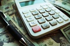 Vit räknemaskin med högkvalitativa pengar Arkivbilder