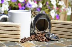 Vit rånar och kaffebönor Arkivbilder