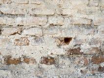 Vit röd gammal tegelsten målad vägg med skadad murbruktexturbakgrund Arkivfoto