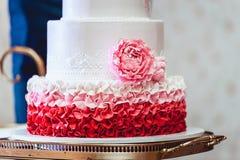 Vit röd rosa bröllopstårta med rosor Arkivbild