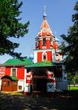 Vit-röda Christian Cathedral på en solig dag arkivbild