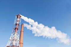 Vit rök från rör mot bakgrunden av himlen arkivfoto
