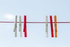 Vit rött orange torkdukeben som hänger på rött rep royaltyfri foto