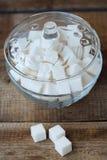 Vit raffinerade sockerkuber i en glass bunke Royaltyfria Foton