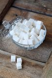 Vit raffinerade sockerkuber i en glass bunke Royaltyfria Bilder