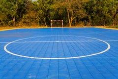 Vit raksträcka, cirkellinje och rött fotbollmål på det Futsal fältet Arkivfoto