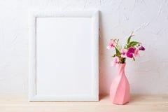 Vit rammodell med blommor i virvlad runt rosa vas royaltyfri foto