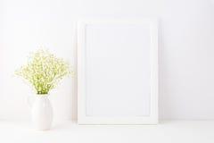 Vit rammodell med Rue Anemone blommor arkivfoton