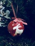Vit ren i julträdet arkivbilder