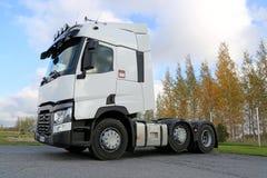 Vit Renault T lastbiltraktor Fotografering för Bildbyråer