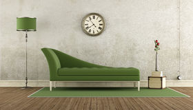 Vardagsrum Retro : Grön retro soffa i ett rum arkivfoto bild