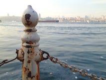Vit rosta metallstaketpol bredvid havet i Istanbul arkivbild