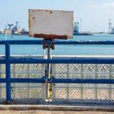 Vit rostat tecken för mellanrum som grunge fästas till det blåa gamla metallstaketet som avslöjer den Suez kanalen royaltyfri fotografi