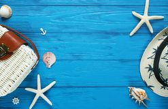 Vit rottingpåse på blå bakgrund moderiktig påse för bambu, sjöstjärna, skal Sommarmodelägenheten lägger, semestern, lopp c fotografering för bildbyråer