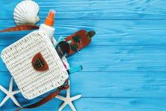 Vit rottingpåse på blå bakgrund moderiktig påse för bambu, sjöstjärna, skal Sommarmodelägenheten lägger, turism, semestern, lopp royaltyfri foto