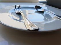 Vit rund plattainställning med gaffeln royaltyfri fotografi