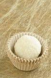 Vit rundan, kokosnötchoklad svettas på guld- bakgrund Royaltyfri Bild