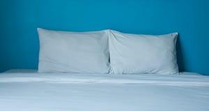 Vit säng Arkivbilder
