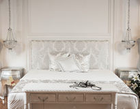 Vit säng i brunnsorthotell Royaltyfri Foto