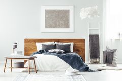 Vit säng i sovruminre royaltyfria bilder