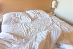 Vit sängark och kudde efter svagt upp royaltyfria foton