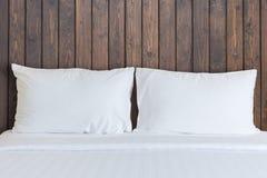 Vit sängkläderark och kudde i hotellrum Royaltyfria Foton
