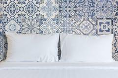 Vit sängkläderark och kudde i hotellrum Royaltyfri Foto