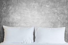 Vit sängkläderark och kudde i hotellrum Royaltyfria Bilder