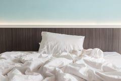 Vit sängkläderark och kudde, smutsigt sängbegrepp royaltyfri foto