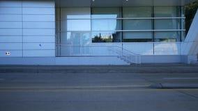 Vit samtida, baksida, ingång till modern byggnad arkivfilmer
