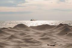 Vit sand för vågor på havet Royaltyfri Fotografi