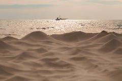 Vit sand för vågor på havet Arkivfoton
