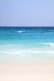 Vit sand med det blå havet och himmel Royaltyfri Fotografi
