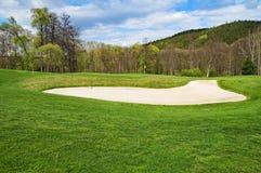 Vit sandbunker på golfbanan Arkivfoto