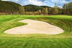 Vit sandbunker på golfbanan Royaltyfri Fotografi