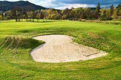 Vit sandbunker på golfbanan Arkivfoton