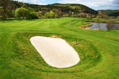 Vit sandbunker på golfbanan Arkivbild
