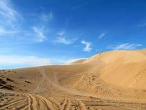 Vit sanddyn och blå himmel Fotografering för Bildbyråer