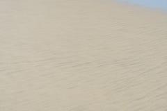 Vit sandstrand för bakgrund och textur arkivbilder