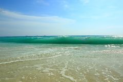 Vit sandstrand för fantastisk skönhet av den Aruba ön Turkoshavsvatten och blå himmel Royaltyfria Bilder