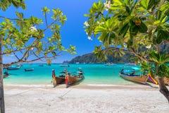 Vit sandstrand för härlig vit sand i Krabi Thailand royaltyfri foto