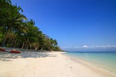 Vit sandstrand, frikändvatten och blå himmel på den Talu ön Fotografering för Bildbyråer