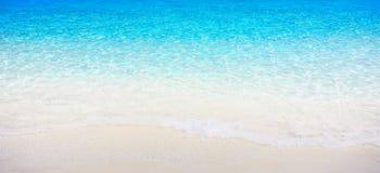 Vit sandstrand med det kristallklara havet Royaltyfri Foto