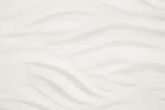 Vit sandstrand med vågor för en bakgrund för sommarferie royaltyfria bilder