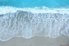 Vit sandstrand och blått vatten med härliga älskvärda par för brud och för brudgum Royaltyfri Fotografi