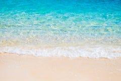 Vit sandstrand och blåtthavsvåg Arkivbild